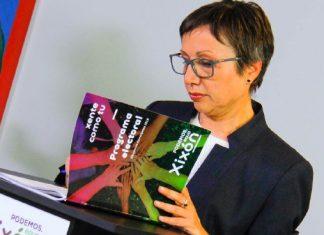 Yolanda Huergo ojeando el programa electoral