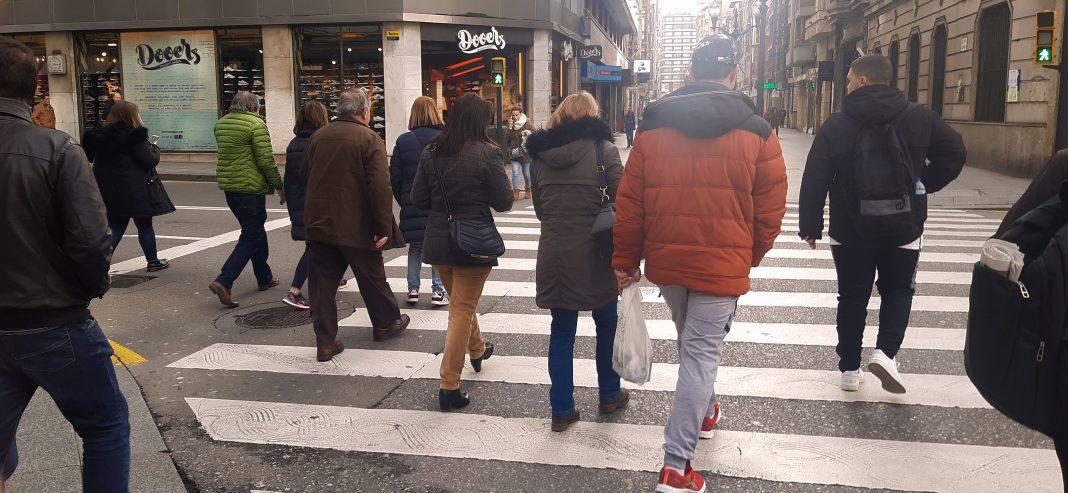 Peatones en la plaza del Carmen