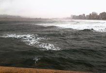 La mancha rojiza en el agua de la playa de San Lorenzo