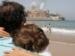 Playa de San Lorenzo en un día de verano habitual