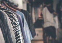 Expositores de una tienda de ropa